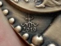 Marián Polonský: 100 rokov Lekárskej fakulty Univerzity Komenského v Bratislave / Anniversarium MMXIX Centesimum, Facultas Medica, Universitas Comeniana Bratislavensis, MCMXIX, značka MK, hrana Mincovňa Kreminca * 2019 * Slovenská Republika, sign. MP 2019, AE, 617 g, 100 mm, signatúra