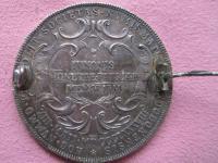 Ponúkam túto AG medailu / dobová brošňa M.Terézia 1888. Autor Scharff a Donner. Značená na hrane.